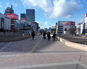 仙台駅の西口から外に出てください。