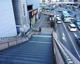 階段から下に降りてください。