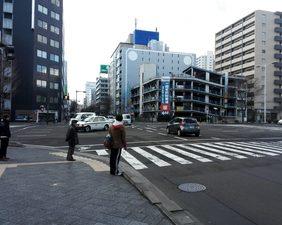 まっすぐ進むと交差点があります。横断歩道を渡ります。