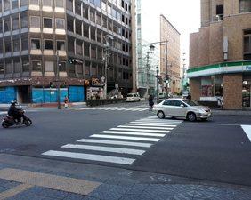 こちらの横断歩道を渡ります。