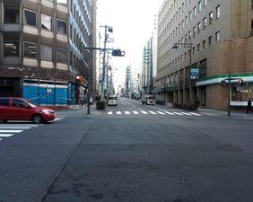 横断歩道を渡ると左手の並びに当事務所があります。