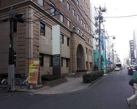 さきほどの通りをまっすぐ進みますと当事務所があります。